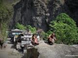 Začiatok treku v zelenom údolí rieky Marsyagdi Khola...