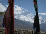 Dedinka Kagbeni, a v pozadí modrá hora Nilgiri...