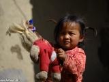 Dievčatko z hôr ponúka svoju hračku...