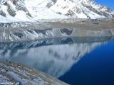 Tyrkysová lagúna - jazero Tilicho Lake vo výške 4900 metrov nad morom...