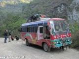 Autobus idúci dolinou rieky Kali Gandaki...