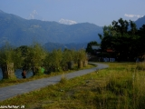 Oddych po treku pri jazere Fewa Lake v Pokhare