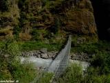 Prvý vysutý most cez rieku Marsyagdi...