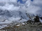A sedemtisícovka Tilicho Peak v oblakoch...