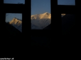 Východ slnka na Annapurne III z postele v Yak Kharke...