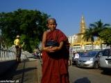 Každý mních si musí ráno vyžobrať svoj prídel jedla...