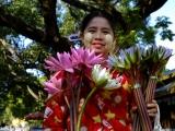 Predavačka kvetov pred chrámom..