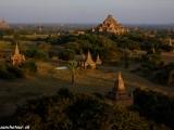Západ slnka v tisícročnom meste Bagan...