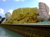 Obrovský ležiaci Budha v meste Bago...