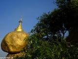 Zlatý balvan v Kyaikto drží stabilitu vďaka budhovmu vlasu uloženému vo svätyni...