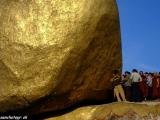 Zlatý balvan v Kyaikto je pútnické miesto...