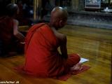 Malí mnísi čítajú z kníh v chráme Shwe Yan Paya pri jazere Inle...