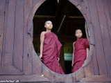 Malí mnísi v chráme Shwe Yan Paya pri jazere Inle...