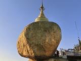 Balans balvanu , ktorý je v protiklade zo zemskou príťažlivosťou zabezpečuje vraj  Budhov vlas dokonale umiestnený v sedem metrovej stupe umiestnenej  na vrchole balvanu.