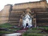 Mingun - veľkolepá pagoda obrích rozmerov na brehu rieky Iravádí. ..