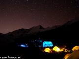 Dhaulagiri Base Camp v noci ...