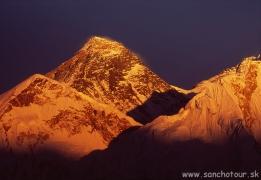 Západ slnka nad najvyššími horami planéty...