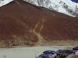 Gorak Shep v pozadí Kala Pathar a Pumori...