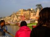 Ráno na loďke na rieke Ganga...