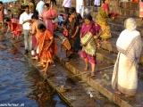 Ranné hinduistické rituály na rieke...