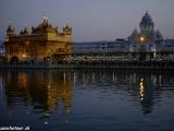 Zlatý chrám v Amritsare večer...