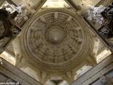 Krásne vyrezávané stropy chrámu...