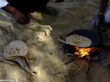 Pečenie placiek čapáti na púšti...