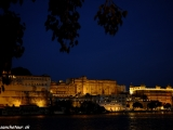 Večer v Udajpuire vysvietený Mestský (maharadžov) palác...