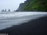 Skamenelí trolovia v mestečku Vík v blízkosti najjužnejšieho miesta Islandu...
