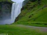 Vodopád Skogafoss má 60 metrov na výšku...
