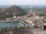 Karnátaka / Shravanabelagola - pohľad na posvätnú nádrž....