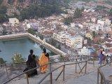 Shravanabelagola - zostup po 600 schodoch z  posvätného Vindhyagiri Hill...