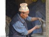 Hrnčiar vyrába keramiku rovno na ulici v Bhaktapuru..