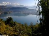 Pohľad na himaláje pri výstupe na Stupu svetového mieru nad jazerom...