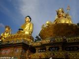 Pozlátené sochy budhov darovali ľudia z oblasti Manang...