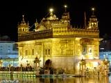 Zlatý chrám v ktorom je uložená posvätná kniha sikhov Guru Grant Sahhib...