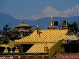 Pohľad na Himaláje cez strechy kláštorov v Budhanáte...
