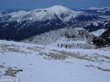 Zostup z vrcholu v pozadí Glitertind, druhý najvyšší kopec Nórska...