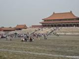 Peking - Zakázané mesto. Jedná sa o rozľahlý palácový komplex, má takmer kilometer na dĺžku a 750 m na šírku. Je obohnaný vysokým purpurovým múrom s obrannými vežami. Toto miesto bolo starými Číňanmi považované za stred vesmíru.