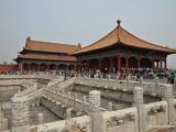 Zakázané mesto získalo svoje meno vďaka tomu, že za cisárskej Číny bolo neprístupné obyčajným smrteľníkom. Od 16. stor. tu žili cisári dynastie Ming a Qing. Postavené bolo tak, aby do posledného detailu spĺňalo princípy Jin a Jan a symboliku čínskej kozmológie. Všetky sály majú vstup z južnej strany. Budovy sú drevené chránené pred požiarom omietkami..
