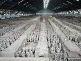 Neďaleko mesta Xian. Terakotová armáda (兵馬俑) . Terrra-cotta znamená v Latinčine vypálená hlina. Bola objavená náhodou v marci 1974. Robotníci sužovaní suchom sa rozhodli vykopať studňu; namiesto vody našli niekoľko sôch koní a vojakov.  Dnes patrí toto mauzóleum k najväčším čínskym pamiatkam. Od roku 1987 je súčasťou svetového kultúrneho dedičstva UNESCO.