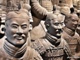 Každá socha je iná a je pravdepodobne obrazom konkrétneho človeka. Sochy mali po odkrytí farebný náter, ktorý však vplyvom oxidácie vyprchal.