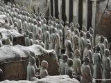 Armáda sa skladá prevažne z vojakov, ale výnimkou nie sú ani sochy koní, vojnových vozov. Väčšina sôch je v mierne nadživotnej veľkosti Odhadovaný počet postáv je 8 tisíc vojakov,  130 vozov s 520 koňmi. Podstatná časť nálezov je stále ukrytá pod zemou. Terakotovú armádu dal vytvoriť cisár Š'-chuang-ti v 3. storočí pred Kr. na ochranu svojej hrobky.