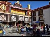 Kláštor Jokhang v centre starej Lhasy je pre väčšinu Tibeťanov naposvätnejším chrámom. Pred jeho hlavným vchodom je možné vidieť modlitebné budhistické rituály pútnikov.