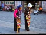 Pútnici na uličnom okruhu Barkor. Každý budhista by mal Barkorom dookola  prejsť aspoň raz za život.