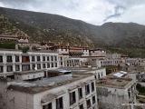 Kláštor Drepung leží na úpätí hory Gephel asi 5 km od Lhasy. V 30. rokoch bol najväčším kláštorom v Tibete, vtedy tu žilo takmer 10 tis mníchov. Po čínskej okupácii v 50. rokoch sa jeho veľká časť presťahovala do exilu, ktorý je v indickom Mundgode.