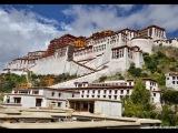 Kláštor Potala bol postavený vo výške približne 3700 m na tzv. Červenom pahorku v Lhase. Je pomenovaný podľa mýtickej hory Potalaka. Je nielen náboženským a politickým centrom celého regiónu, ale tiež pokladnicou tibetského umenia. Celá stavba o rozlohe viac ako 360 tis. m² je z dreva a kameňa. Prvé časti komplexu boli postavené už v 7. stor. Hlavná budova s 13 poschodiami dosahuje výšky 118 m. Doplňujú ju ďalšie menšie obytné priestory, modlitebne, stupy a hospodárske stavby.
