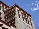 Vo štvrtom poschodí Bieleho paláca sa nachádza Východná sieň s rozlohou 717 m², v ktorej sa odohralo mnoho významných náboženských a politických udalostí, napr. ceremoniál, keď sa dalajláma v osemnástich rokoch ujímal vlády. V siedmom poschodí sa nachádza tzv. Sieň slnečného svitu.