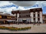 Potala - Biely palác bol postavený pre svetské účely, predovšetkým ako rezidencia dalajlámu. jeho časť ale bola vyhradená k úradnej správe Tibetu. Palác se svítivě bílými zdmi má sedm poschodí.