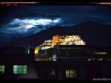 Takto som zachytil večernú Potalu z hotelovej izby v starej Lhase